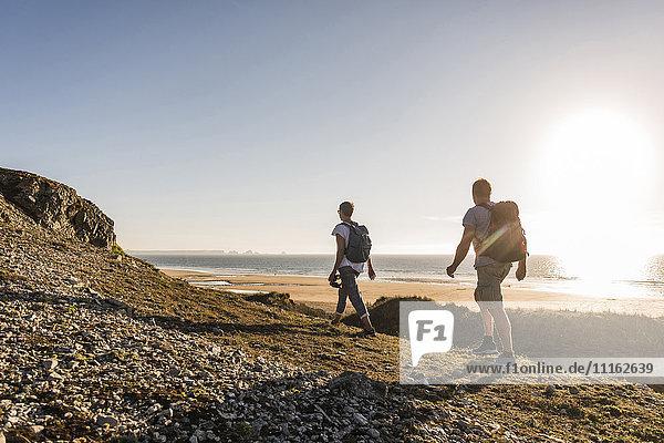 Frankreich  Bretagne  Finistere  Halbinsel Crozon  Paar beim Strandwandern