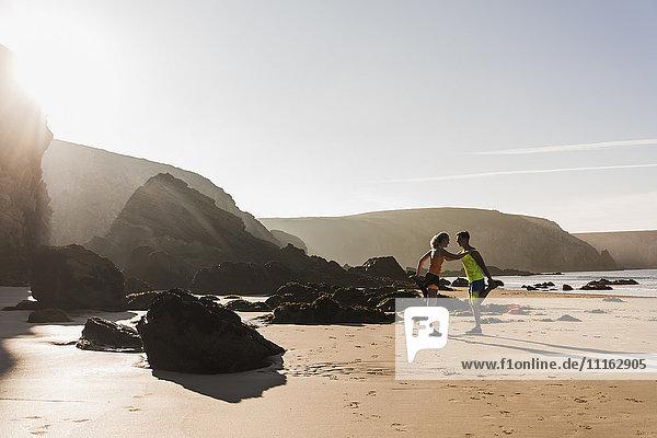 Frankreich  Halbinsel Crozon  sportliches junges Pärchen am Strand