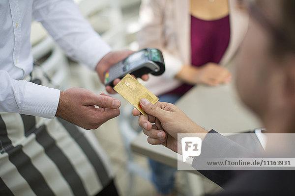 Bezahlung mit Kreditkarte im Restaurant