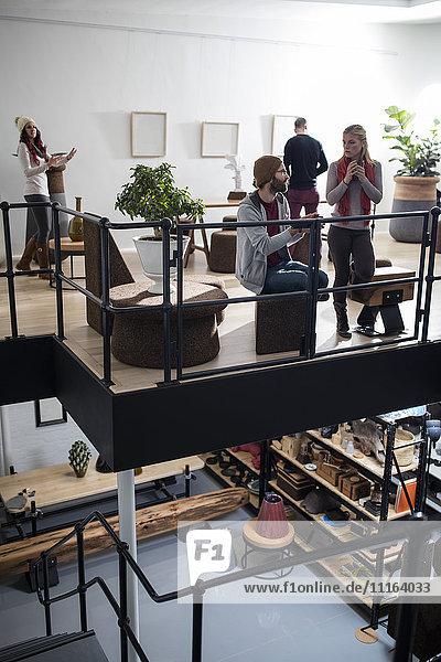 Leute  die sich unterhalten und Kaffee trinken im Designer-Büro