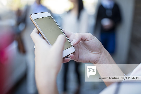 Nahaufnahme der Frau mit dem Handy