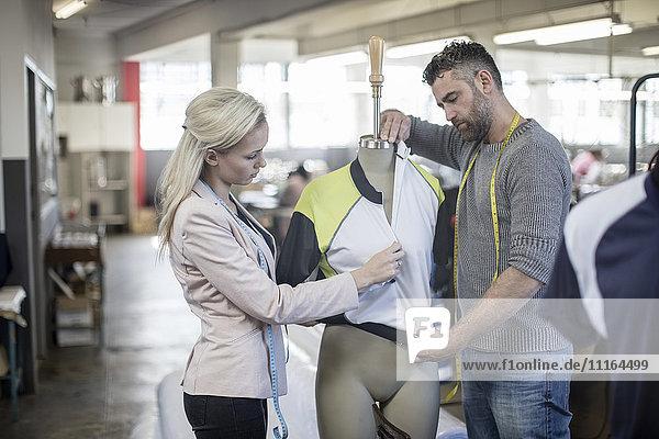 Modedesignerin und Schneiderin bei der Arbeit an Sporthemden