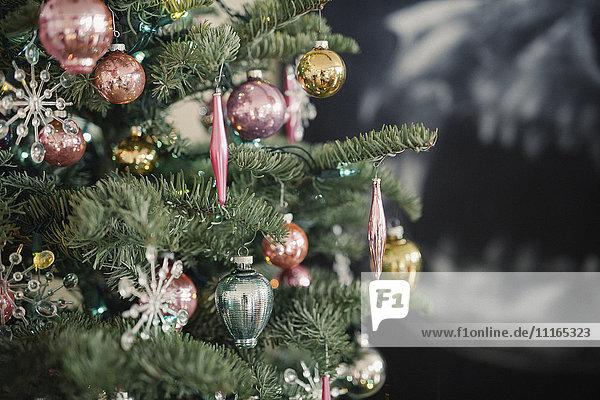 Weihnachtsbaum  ein echter Tannenbaum  der mit Kugeln und Ornamenten geschmückt ist.