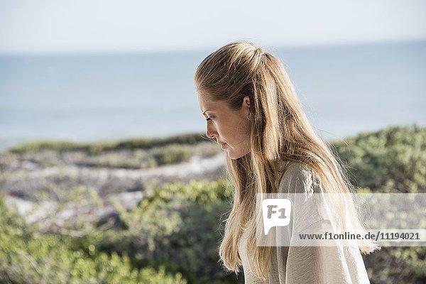 Nahaufnahme einer schönen Frau am Strand