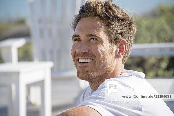 Nahaufnahme eines glücklichen jungen Mannes lächelnd