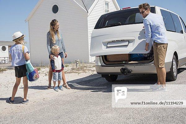 Junges Familienpackauto mit Strandgetriebe für den Urlaub