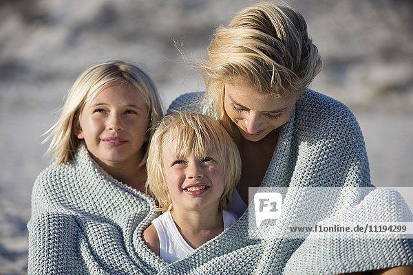 Nahaufnahme einer glücklichen Familie lächelnd