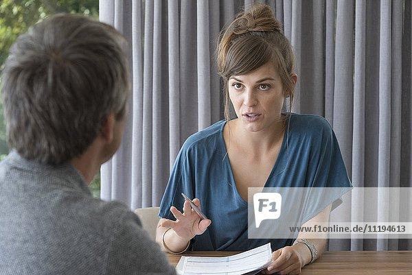 Junge Frau im Gespräch mit Beraterin in einem Büro