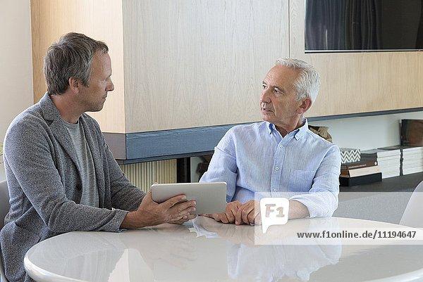 Seniorentreffen mit Finanzberater zu Hause