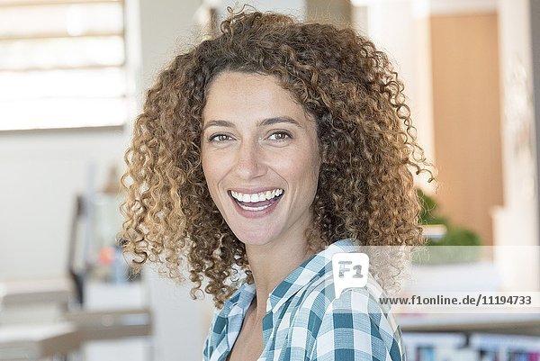 Porträt einer jungen schönen Frau lächelnd