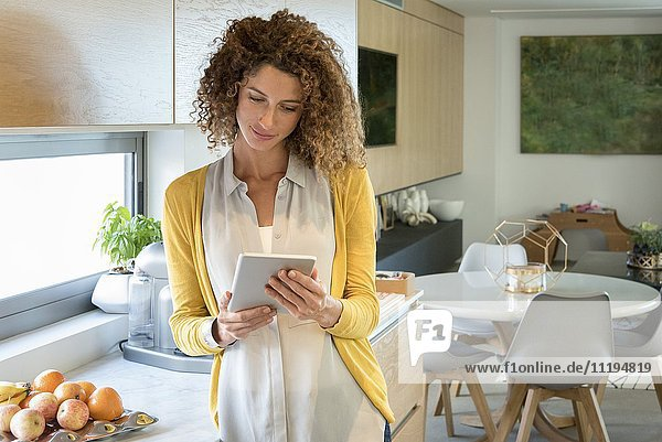 Schöne Frau mit einem digitalen Tablett