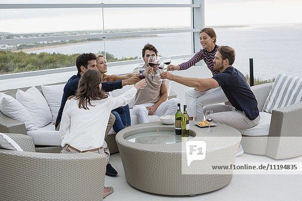 Gruppe von Freunden beim Toasten mit Weingläsern