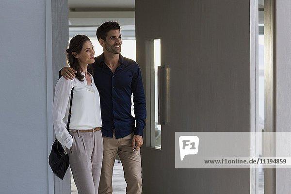 Paar am Eingang eines Hauses stehend