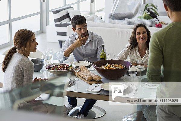 Freunde am Esstisch zu Hause