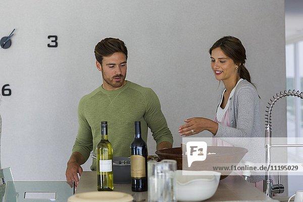 Junges Paar beim Essen auf dem Tisch
