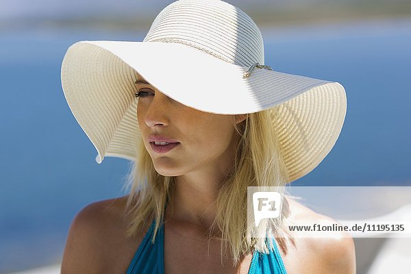 Nahaufnahme einer jungen schönen Frau mit Sonnenhut
