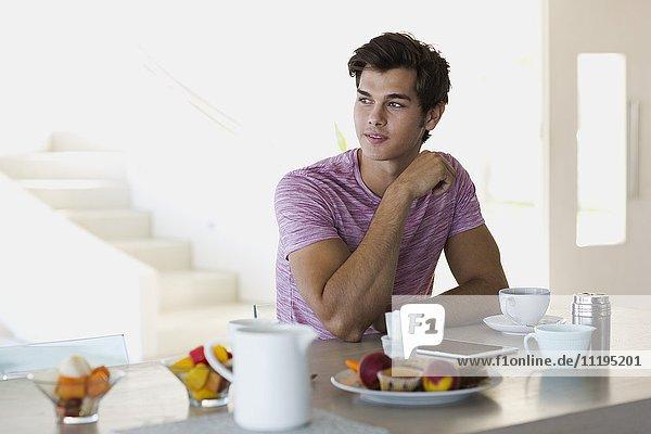Nahaufnahme eines jungen Mannes beim Frühstücken
