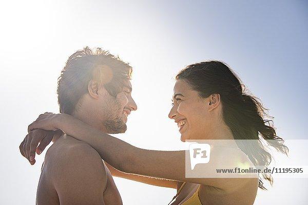 Ein glückliches  junges Paar  das sich umarmt.