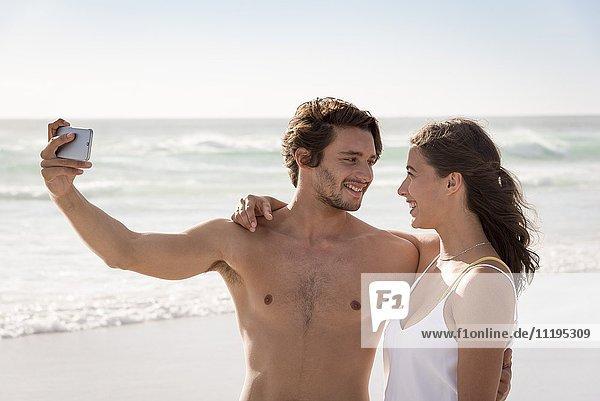 Ein Paar  das sich selbst mit einem Fotohandy fotografiert.