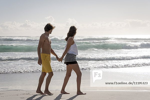 Junges Paar mit Blick auf den Strand