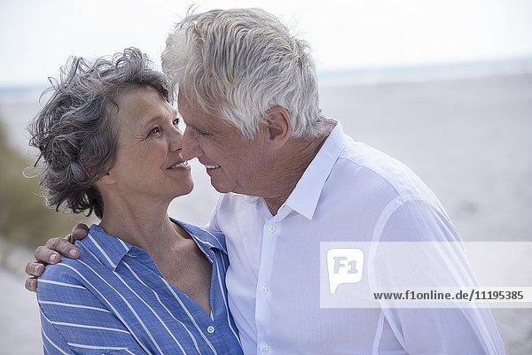 Romantisches Seniorenpaar am Strand stehend