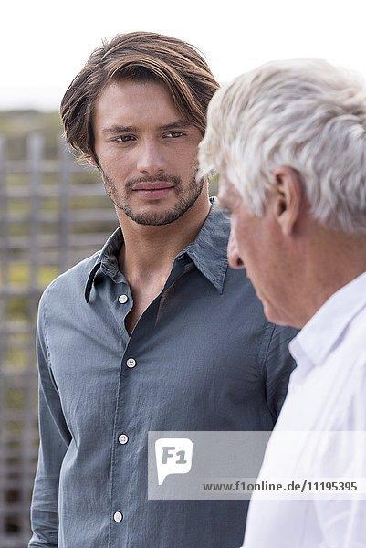 Vater und Sohn reden draußen