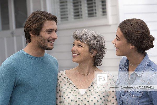 Glückliche Mutter mit ihren erwachsenen Kindern im Freien