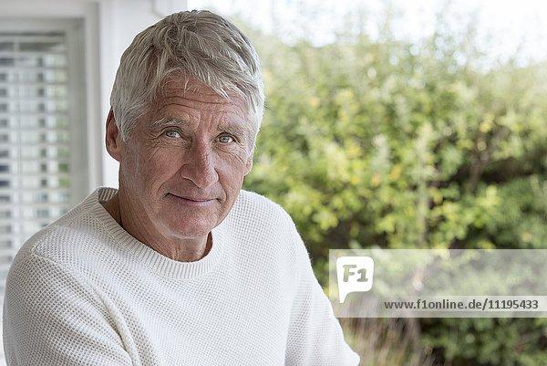 Porträt eines glücklichen älteren Mannes