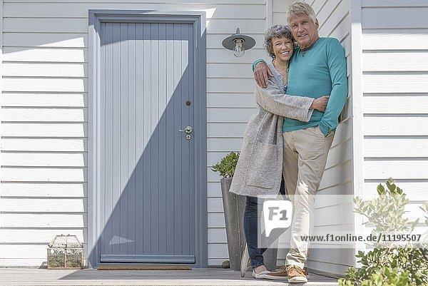 Romantisches Seniorenpaar  das sich außerhalb des Hauses umarmt