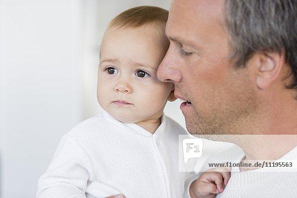 Nahaufnahme des Vaters mit seiner süßen kleinen Tochter zu Hause