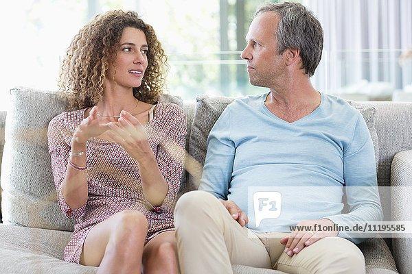 Glückliches Paar auf der Couch im Wohnzimmer