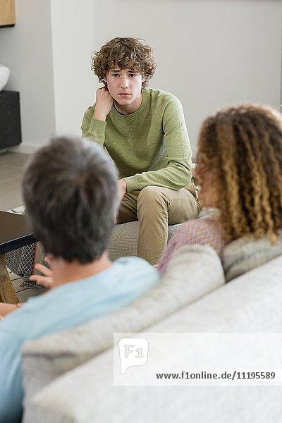 Familiengespräche im heimischen Wohnzimmer