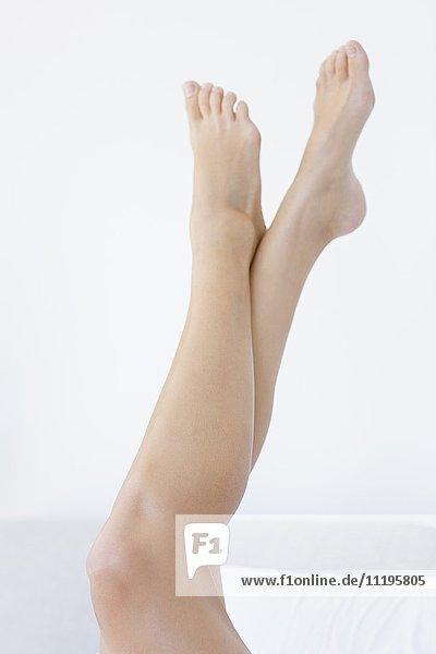 Nahaufnahme einer Frau mit erhobenen Füßen