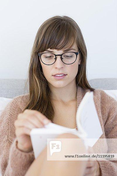 Nahaufnahme einer Frau beim Lesen eines Buches