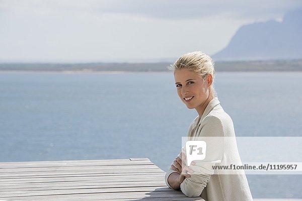 Porträt einer schönen jungen Frau lächelnd