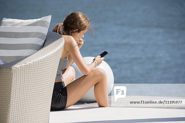 Junge Frau mit einem Smartphone