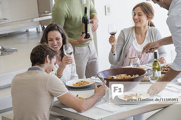 Glückliche Freunde genießen die Party zu Hause