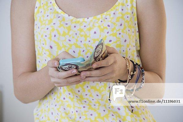 Mittelteilansicht eines Mädchens mit einem Smartphone