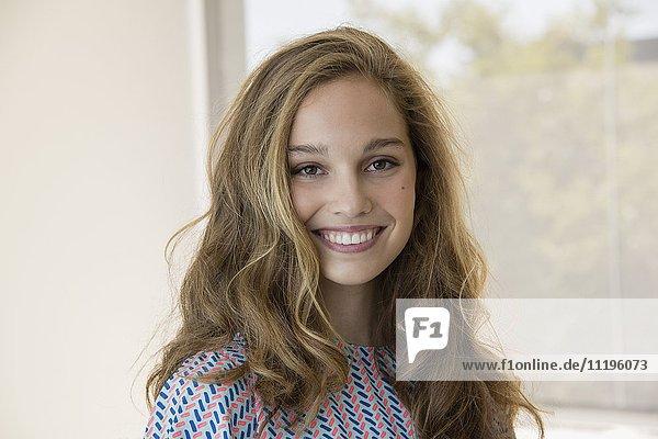 Porträt eines lächelnden Teenagermädchens