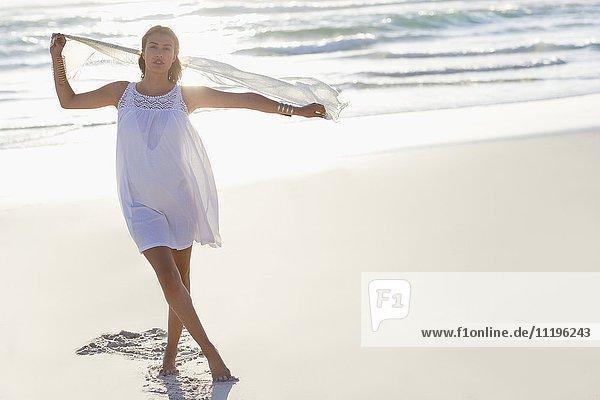 Porträt einer schönen jungen Frau am Strand