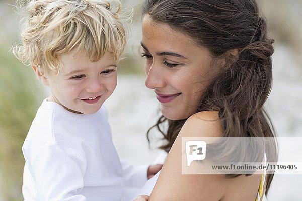 Nahaufnahme einer Frau,  die mit ihrem Sohn verliebt ist.