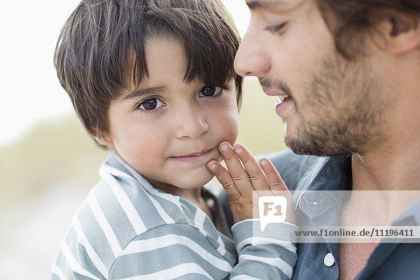 Nahaufnahme eines Jungen mit seinem Vater