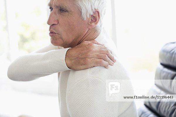 Nahaufnahme eines älteren Mannes mit Rückenschmerzen