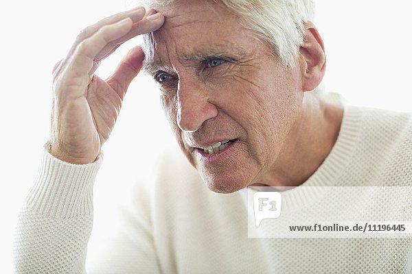 Nahaufnahme eines älteren Mannes mit Kopfschmerzen