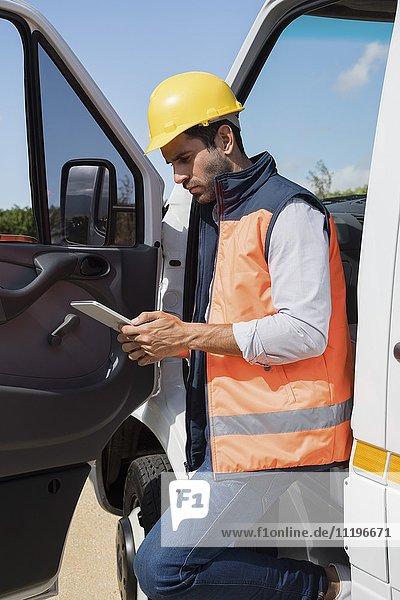 Ingenieur mit einem digitalen Tablett von van