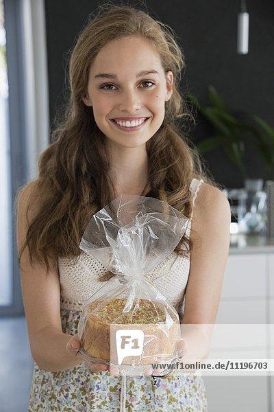 Porträt eines glücklichen Teenagermädchens mit Torte