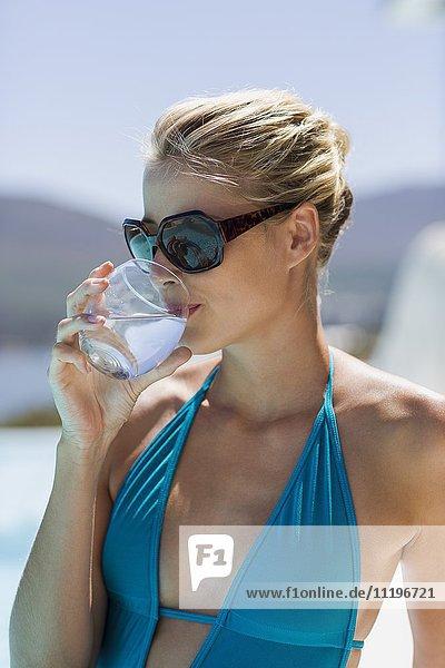 Nahaufnahme einer schönen jungen Frau  die Wasser trinkt.