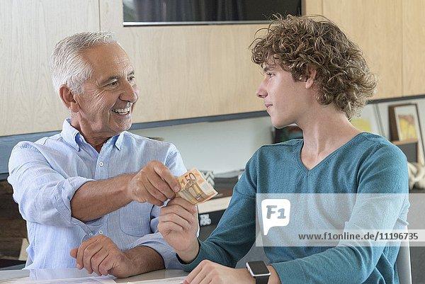 Großvater schenkt Teenager-Enkel Taschengeld