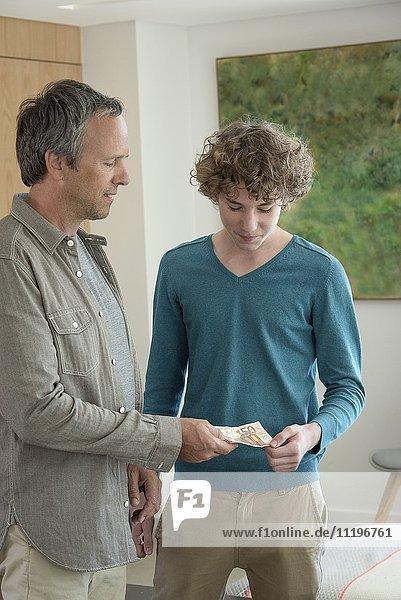 Vater gibt Teenager-Sohn Taschengeld