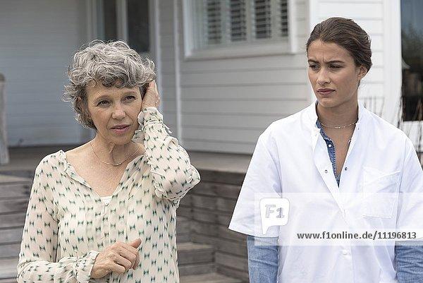 Krankenschwester mit älterer Frau im Pflegeheim